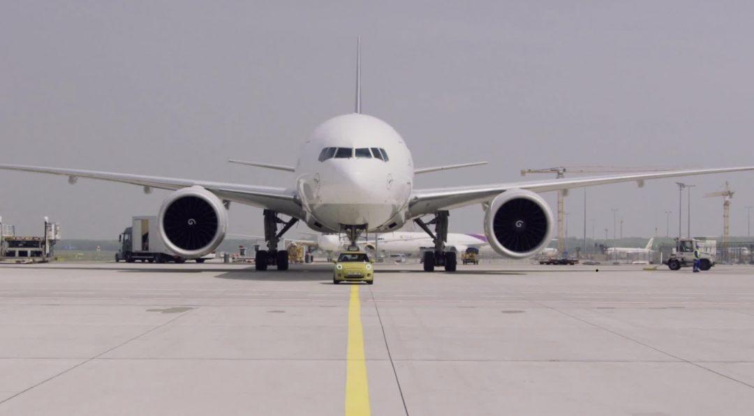 La nuova MINI Elettrica traina un Boeing 777F da 150 tonnellate